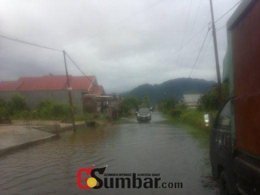 Hujan Deras Landa Padang Sejak Sore, Sejumlah Ruas Jalan Digenangi Banjir, Warga Cemas