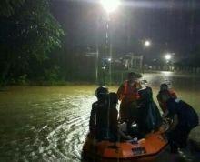 Ini Foto-Foto Aparat TNI dan Tim Penyelamat Evakuasi Warga Korban Banjir Padang dan Padang Pariaman