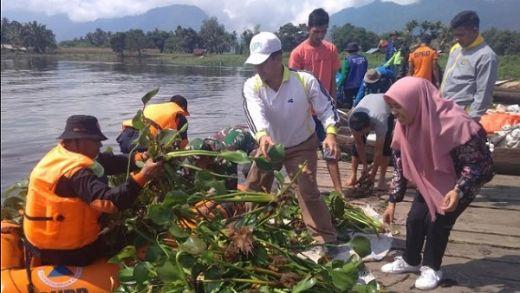 Dalam Sehari, 20 Ton Eceng Gondok Dikeluarkan dari Danau Maninjau