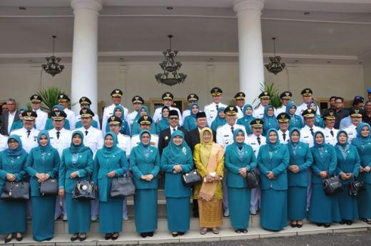 12 pasangan kepala daerah bersama istri foto bersama Gubernur dan Wagub Sumbar.