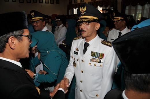 Gubernur Sumbar Irwan Prayitno memberikan ucapan selamat kepada Bupati Hendrajoni.