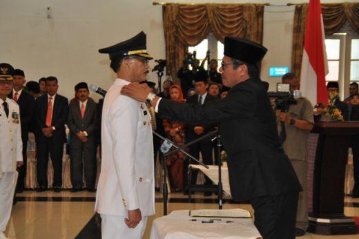 Gubernur Sumbar Irwan Prayitno memasang tanda pangkat di bahu Bupati Hendrajoni.