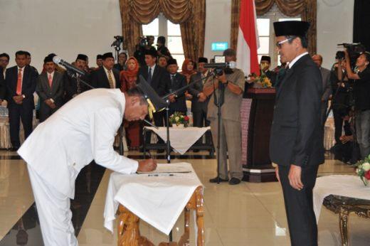 Wabup Rusma Yul Anwar menadatangani berita acara serah terima jabatan disaksikan Gubernur Irwan Prayitno.