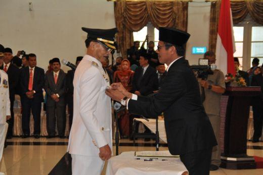 Gubernur Sumbar Irwan Prayitno memasang benggol jabatan ke dada Bupati Hendrajoni.
