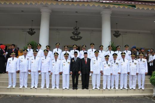 12 pasangan kepala daerah foto bersama Gubernur dan Wagub Sumbar.