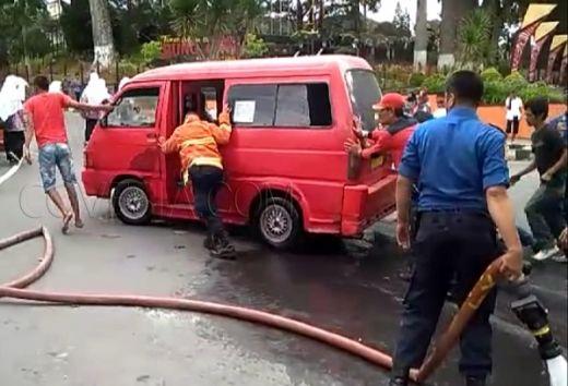 Diduga Korsleting, Angkutan Umum Terbakar Dekat Kantor DPRD Bukittinggi
