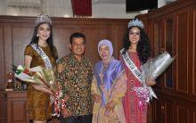 Datang ke Pariaman, Putri Indonesia 2016 Lepas Tukik di Pantai Gandoriah