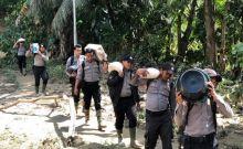 Tembus Daerah Terisolir dengan Perahu, Polres Solok Selatan Antar Bantuan untuk Korban Banjir