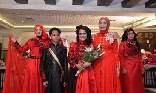 Afin Gelar Show Tunggal Busana Muslim Ala Minang