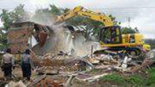 Hari Pertama Sterilisasi Bypass Kota Padang, Banyak Warga Bongkar Sendiri Bangunannya