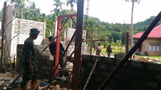 Laksanakan TMMD, Babinsa Kodim 0311/Pesisir Selatan Rehab Rumah Tidak Layak Huni di Batang Kapas