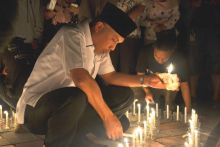 Padang Kelam Selama Sejam, Wako Padang Nyalakan Lilin di Tugu Gempa
