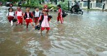 Banjir Membuat Pelajar di Pasaman Barat ke Sekolah Lewani Genangan Air Sepanjang 3 Kilometer
