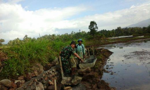 Babinsa Kodim 0307/Tanah Datar Bersama Petani Bangun Saluran Irigasi