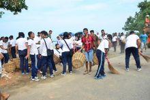 Walikota dan Ratusan Personil Lantamal II Bersihkan Puing-Puing Bangunan di Pantai Padang