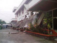 Angin Kencang Akibatkan Gedung Disdik Kota Padang Ambruk