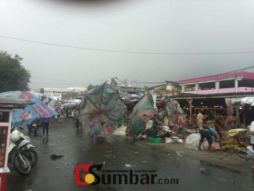 Hujan Lebat Disertai Angin Kencang Landa Kota Padang Sejak Subuh, Warga Diminta Waspada Bila Keluar Rumah