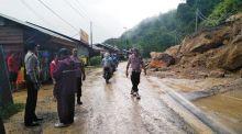 Longsor di Lintas Riau - Sumbar, Jalan Tertutup Material Tanah dari Bukit