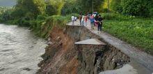 Diguyur Hujan Lebat, Jalan di Sungai Buluah Padang Pariaman Ambruk Masuk Sungai