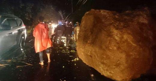 Bukit Lampu Longsor, Ada Mobil Tertimpa, 3 Orang Kritis, Akses Jalan Padang - Painan Tertutup