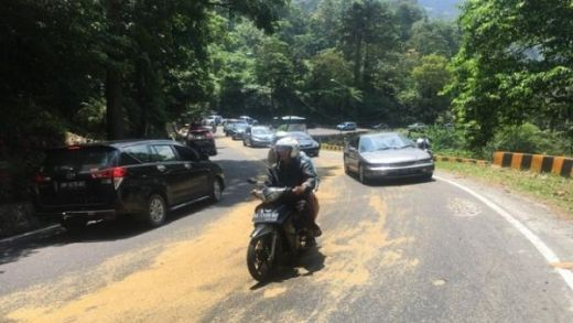 Tumpahan Minyak Sawit Sebabkan Jalan di Lembah Anai Licin, Pengendara Diminta Hati-hati