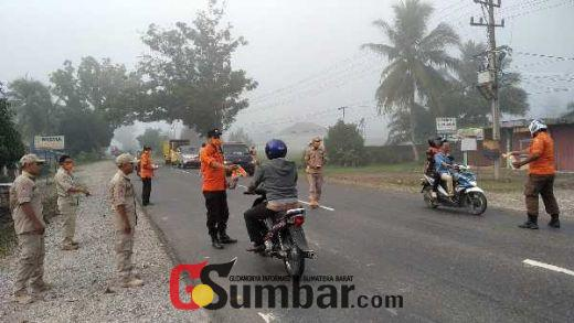 Kabut Asap Landa Dharmasraya, BPBD Bagi-Bagi Masker