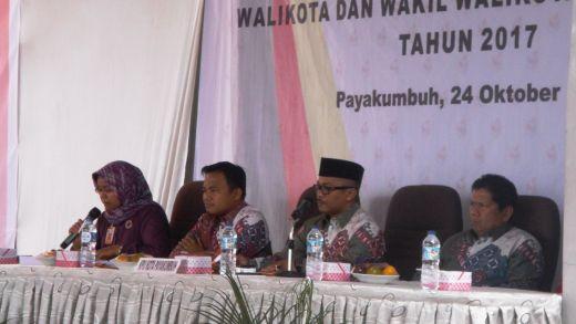 Komisioner KPU pada Rapat Pleno Terbuka penetapan pasangan calon wako wawako Payakumbuh