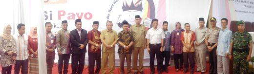 Foto bersama ketiga pasangan calon dengan komisioner KPU Kota Payakumbuh.