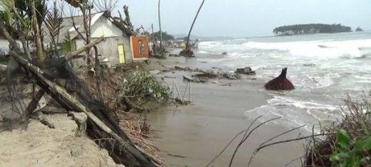 Abrasi di Pantai Batangkapas Pessel, Banyak Rumah Warga Terancam Ambruk