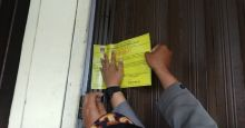 Menunggak Retribusi, 66 Petak Toko Grosir Aur Kuning Disegel Pemko Bukittinggi