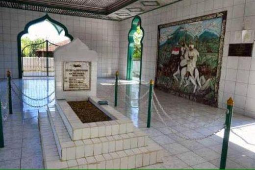 Makam Tuanku Imam Bonjol.