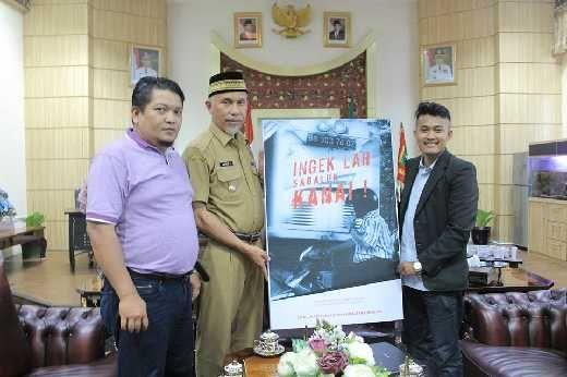 Walikota Padang Mahyeldi Dihadiahi Ingeklah Sabalun Kanai