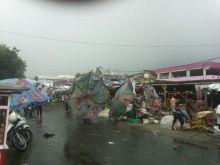 Badai Landa Padang, Pohon Bertumbangan, Aliran Listrik Banyak yang Padam