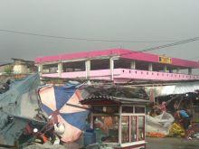 Belasan Rumah Rusak Akibat Badai di Kota Padang Minggu Petang