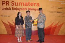 Populer di Media Cetak Nasional, Walikota Padang Terima Penghargaan SUMPRIMAS