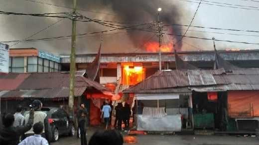Pagi Ini, Pusat Pertokoan Pasar Atas Kota Bukittinggi Terbakar