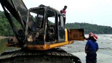 Sedang Kerja di Pantai Air Manis Padang, Satu Unit Ekskavator Terbakar