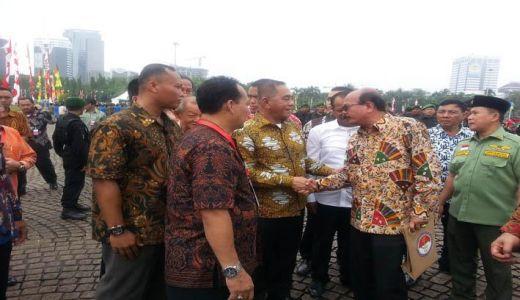 Plt Bupati Yendri Tomas bersalaman dengan Menhan RI Jenderal TNI (Purn) Ryamizar Ryacudu