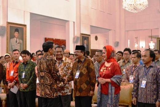 Plt Bupati Yendri Tomas bersalaman dengan Presiden Joko Widodo usai temu ramah di Istana Negara Jakarta, Jumat (18/12/2015)